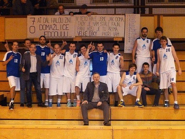 FANOUŠCI PŘEKVAPILI. Fanoušci domažlických basketbalistů na sobotní duel první Jiskry s druhým Ústím náležitě vyzdobili tribunu, pod kterou se pak slavila šestnáctá výhra v sezoně.