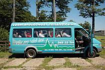 Z HISTORIE. Bývaly časy, kdy jediným větším dopravním prostředkem na Čerchov byl tento mikrobus, avšak jezdil pouze při významných akcích pořádaných na vrcholu.