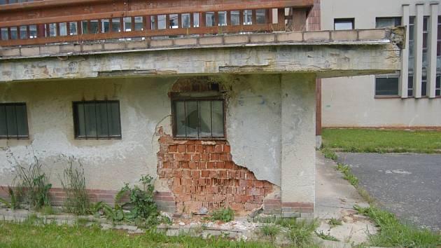 Stavební stav areálu bazénu si rekonstrukci zaslouží.