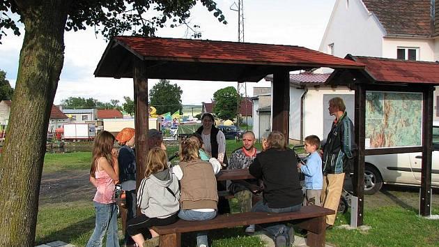 Turisté určitě přivítají dvě tato posezení s mapou v Mířkově a třetí v Křakově.