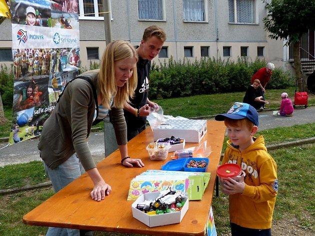 Malůvky dětí provedené barevnými křídami ozdobily chodníky Na Koželužně.
