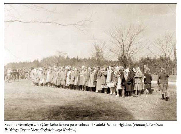 Vězeňkyně zholýšovského tábora po osvobození Svatokřížskou brigádou.