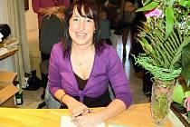 Ze křtu třetí knihy Veroniky Němcové. Autorka Myšlenek Vodnáře se podepisovala a podepisovala...