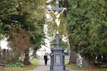 LITINOVÝ KŘÍŽ na hlavní cestě domažlického hřbitova byl zrestaurován v letošním roce. Další chystané úpravy se budou týkat zeleně, hřbitovní zdi a umístění laviček.