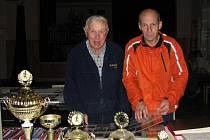 Pro Josefa Mikoláše (vlevo), který stál v čele hlubockých sokolů 44 let, je na poháry pěkný pohled.