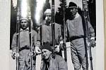 Historická fotografie lyžařů.