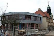 Nová přístavba staré radnice v Holýšově by měla začít sloužit od ledna či února příštího roku.