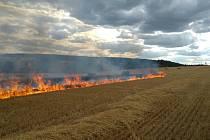 Požár polního porostu nedaleko Kvíčovic.