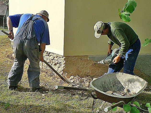 O opravu se postarali zedníci a zároveň zastupitelé obce Štichov Václav Toman a Václav Kaas.