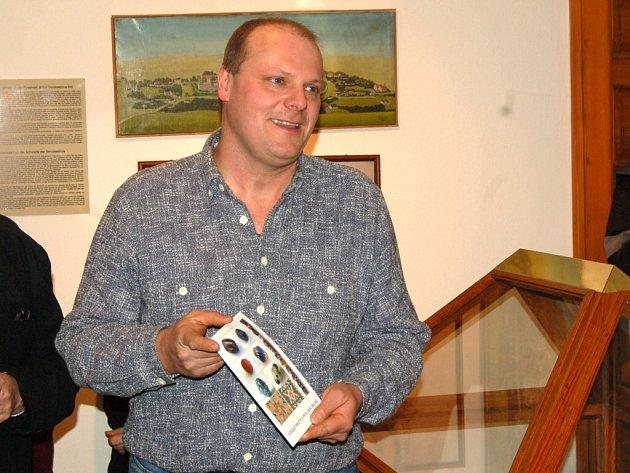 Roman Konečný představuje katalog k výstavě.