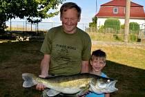 FRANTIŠEK SOLNIČKA zapózoval se svým úlovkem společně s osmiletým vnukem Kristiánkem Zítkou, který jako prvňáček začal letos také chytat ryby.
