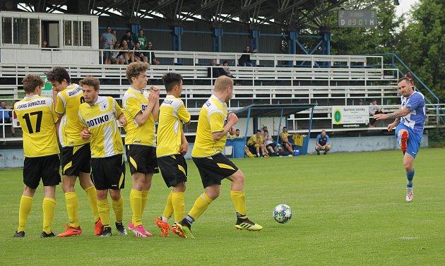 Fotbalisté TJ Jiskra Domažlice B (na archivním snímku hráči ve žlutých dresech) přivítají vneděli na domácím hřišti TJ Sokol Radnice.