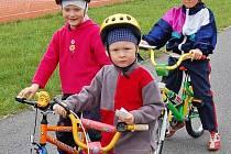 Na Domažlicku se rok od roku  zvyšuje počet cyklistů navzdory tomu, že náš region má pouze jednu novou a jednu starší cyklostezku. Láká je množství cyklotras vedoucích po silnicích. Pro děti je však každopádně bezpečnější jezdit na kole raději na hřišti