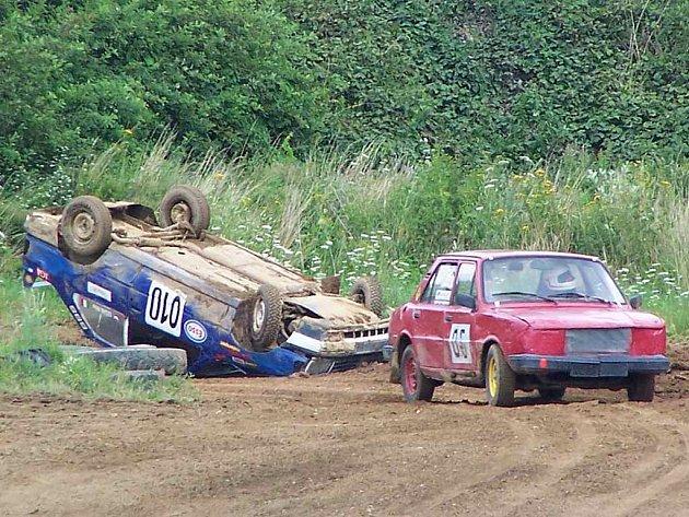 Nejdramatičtější okamžik rozjížděk juniorské kategorie. Václav Karnolt právě míjí převrácený Peugeot 309 Richarda Lešáka.
