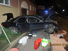 OPLOCENÍ A FASÁDA. Na nich způsobil škodu řidič Audi při noční nehodě v Draženově.