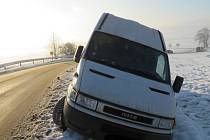 Podnapilý řidič skončil s dodávkou v příkopu