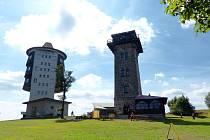 Kurzova věž na Čerchově (vpravo). Na Čerchov přišlo loni dle sdělení předsedy KČT o zhruba 2000 lidí méně než v předchozím roce.