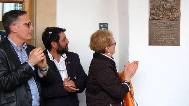Dcera osvoboditele Matta Konopa Kay odhalila jeho pamětní desku na domu čp. 58 na domažlickém náměstí. Na snímku zprava Konopův vnuk Patrick Dewane a spolumajitel domu Amar Ibrahim.