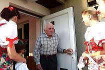 Členové Chodského souboru Mrákov byli blahopřát svému bývalému vedoucímu Janu Hofmannovi k devadesátinám.