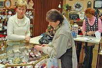 Vybrat pro své nejbližší ten nejkrásnější dárek není mnohdy jednoduché. Podle obchodníků jsou lidé letos šetrnější. Zatímco ženy v tomto období dokupují už pouze poslední drobnosti, většina mužů vyrazí na nákupy dárků až o zlaté neděli.