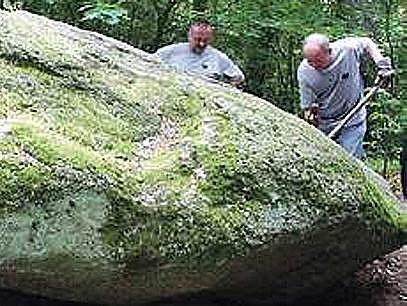 Z babylonského Čertova kamene je zásluhou Pavla Pavla, který rozpochodoval sochy na Velikonočním ostrově, opět viklan.