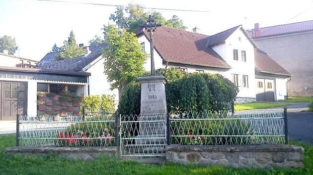 OBROVSKÝ POŽÁR, který v roce 1881 připravil o domov 500 místních obyvatel, připomíná v Klenčí tento pomník.