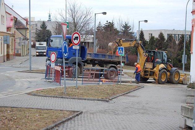 Stavební práce na akci Čistá Berounka - ulice Elišky Krásnohorské.