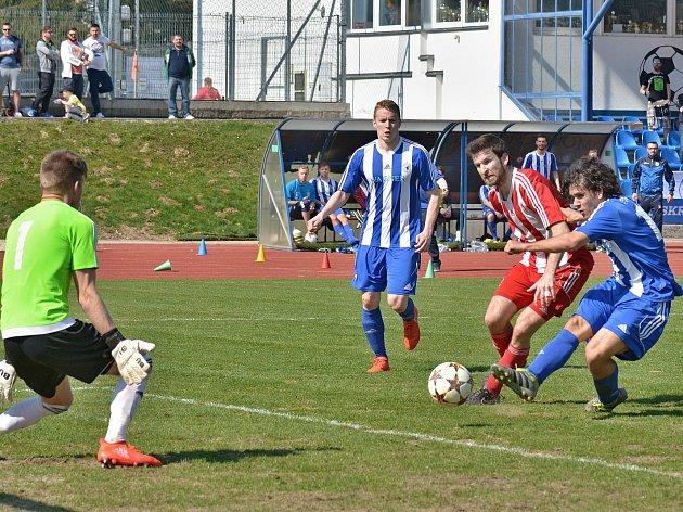 Záložník Ondřej Ruml střílí čtvrtý gól Domažlic v sobotním dopoledním utkání se Zápy
