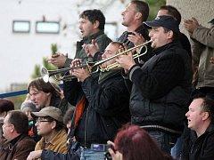 Tři sta padesát diváků, hasičské sirény, bubny a  trumpety jako v holandské Eredivisie. Tak vypadalo derby mezi Mrákovem a Tlumačovem za působení obou týmů v I. B třídě.