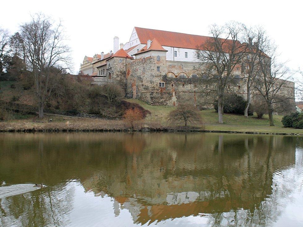 Křakovský potok v Horšovském Týně u zámku. O kousek dál se vlije do Radbuzy.