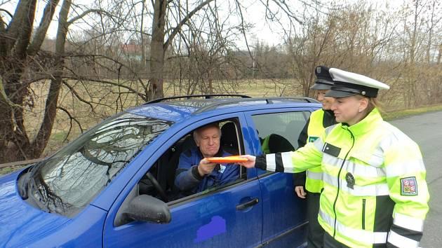 Policisté rozdávali reflexní vesty.