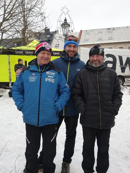 Výprava klubu LK Tatran Chodov při pozávodním odpočinku nešetřila úsměvy.