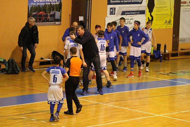 Mladí basketbalisté BK Jiskra Domažlice strenérem Josefem Prettlem.
