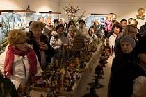 VÁNOČNÍ VÝSTAVA  v Holýšově mimo jiné nabízí pestrou nabídku betlémů z různých materiálů.
