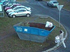 MUŽ v Mánesově ulici ukládá do kontejneru na vánoční stromky dva pytle s plastovým odpadem.