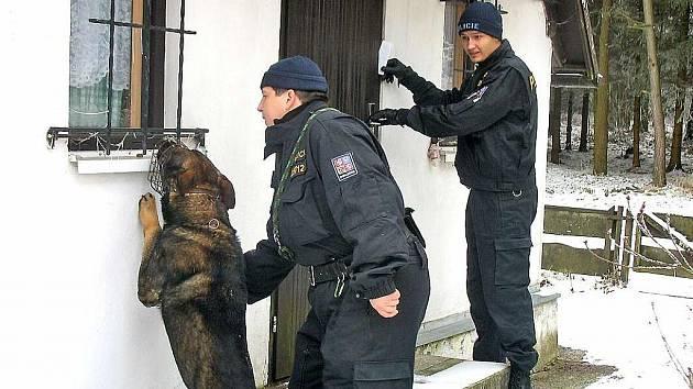Z policejní preventivní kontroly. Psi jsou výbornými a nepostradatelnými pomocníky.