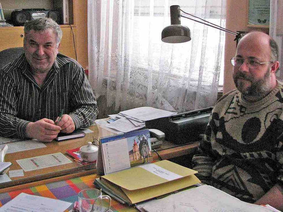 """Nejen starosta František Friš (vlevo), místostarosta Pavel Zemko a členové zastupitelstva tvoří tým, který se snaží dělat pro Postřekov to nejlepší. """"Lidé tu drží pohromadě a jsou ochotní pomáhat, to si můžeme jen pochvalovat,"""" prohlásil Friš."""