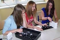 Studentky GJŠB vyzkoušely nové vybavení učebny.
