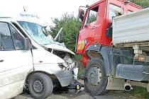 U Luženic se včera srazilo dodávkové auto s nákladním.