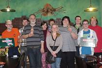 Účastnici turnaje dospěláckého scrabble.