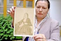 Marie Hanáčíková s fotografií Boženy Němcové.