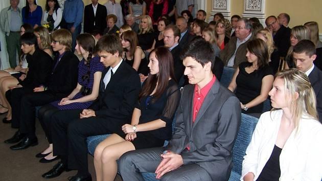 Domažličtí gymnazisté si maturitní vysvědčení přebřali v obřadní síni radnice.