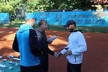 Jedním z turnajů tenisové Dotiko tenis tour je Svatováclavský na antukových kurtech LTC Domažlice. Jeho ředitel Hynek Šindelář (uprostřed) doufá, že se už v září bude moci uskutečnit i jeho letošní ročník.