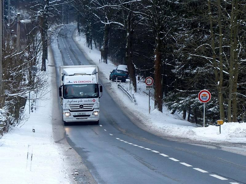 Zimní podmínky a kopcovitý terén neodradí kamiony od jízdy po silnici II/189. Těm, kteří mají podniky v Klenčí, se nelze divit, že volí nejkratší cestu do SRN, ale řada kamionů tak činí z ryze úsporných důvodů.