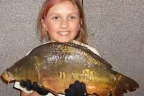 Třináctiletá Lucie Hašková z Domažlic se prý z tak velkého úlovku neraduje poprvé, přestože rybaří teprve rok.