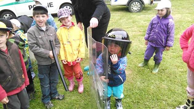 Policisté zavítali mezi děti do Lštění.