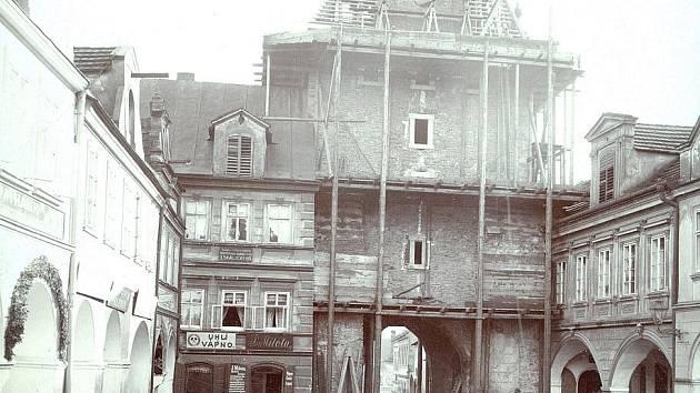 Nejvýznamnějším zbytkem městského opevnění v Domažlicích je dnes tzv. Dolní, dříve též Pražská brána.