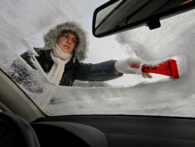 Škrabka na sklo je součást základní zimní výbavy, někdy se ale hodí i rozmrazovač na okna ve spreji.