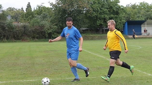 Fotbalová III. třída: FK Mířkov (ve žlutém) - Sokol Zahořany (v modrém) 3:0 (2:0).