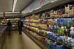 V obchodech v německém Chamu kvůli koronaviru žádná nákupní horečka nepanovala, jen v některých regálech chyběly těstoviny.